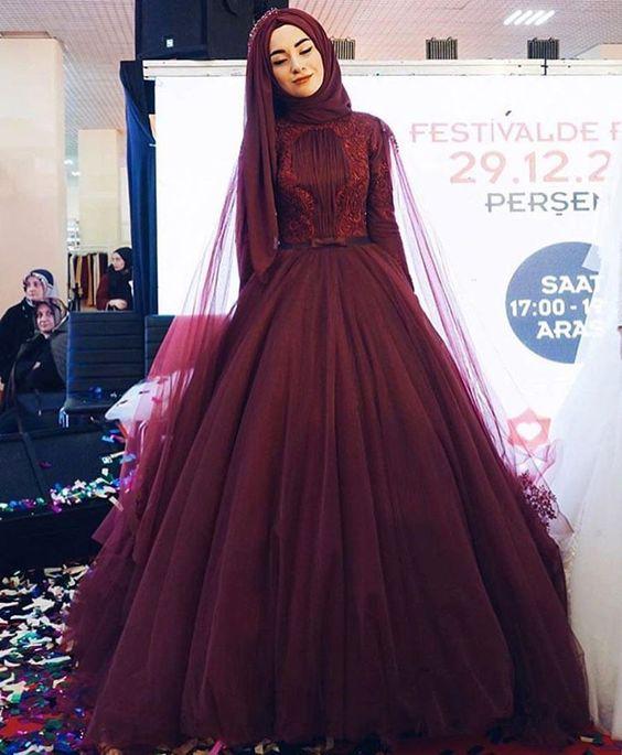 Gaun Megah dengan Warna Merah Gelap Elegan