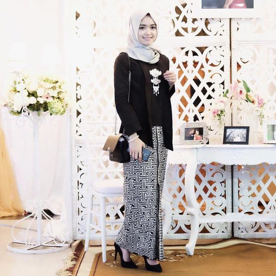 Kebaya cantik untuk muslimah dengan perpaduan warna hitam nan elegan