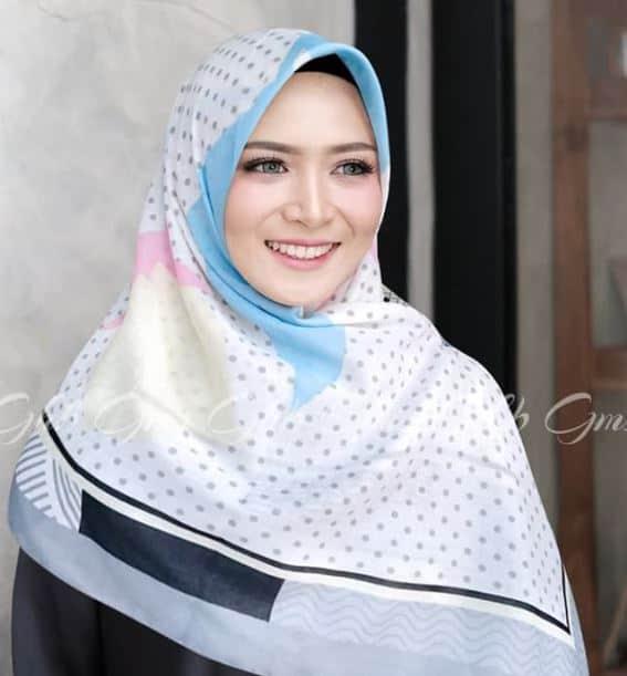Model Hijab Segi Empat Terbaru Simple Elegan
