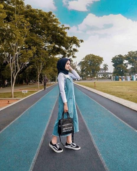 Style Hijab ke Pantai Tetap Menutup Aurat