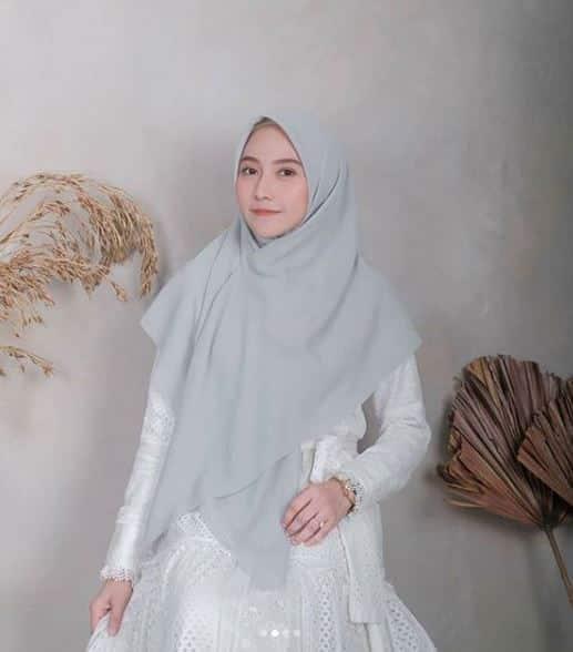 Model Hijab Segi Empat untuk Kondangan Menutup Dada Terbaru